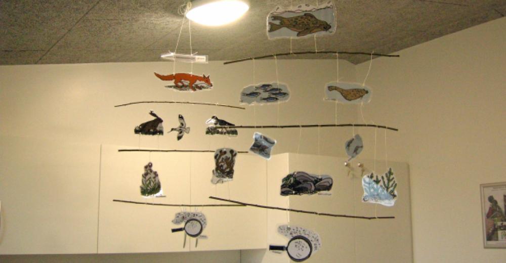 En uro i loftet med billeder af fødekæder